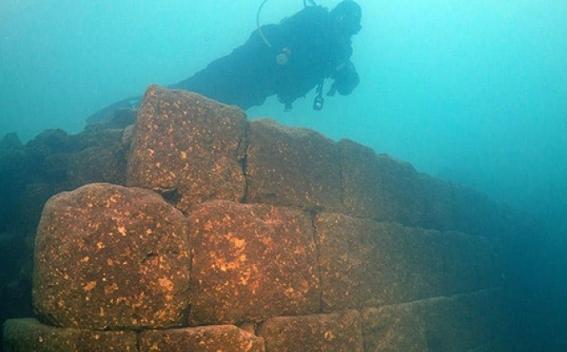 Картинки по запросу В озере Ван обнаружили руины древней крепости
