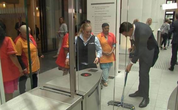 Премьер Нидерландов пролил кофе на входе в парламент и сам вытер его