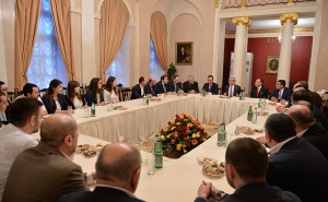 Serzh Sargsyan Met With Armenian Doctors and Students in Moscow